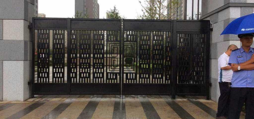 华勤集团兖州锦绣城项目在卫城铁艺订购了铁艺大门